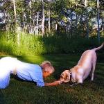 Mujer y Perro jugando